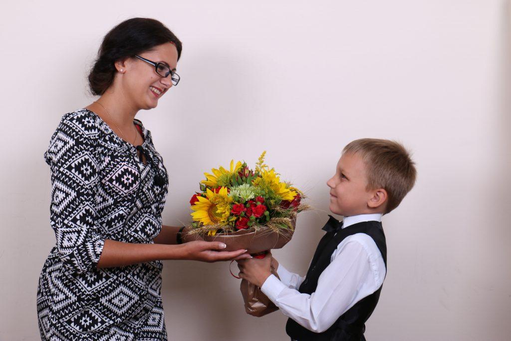 Как правильно дарить учителю цветы