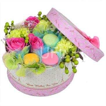Цветы в коробке с макарунами фото 3