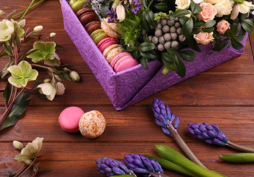 Цветы в коробке с макарунами фото
